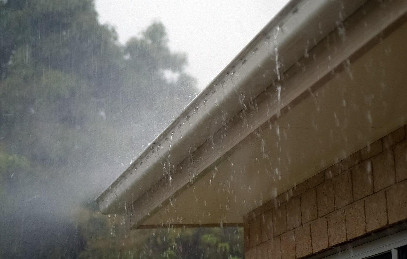 Regenrinne und Regen