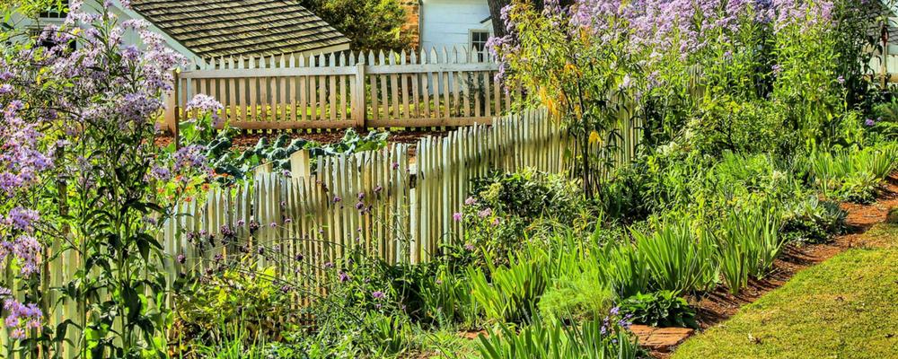 Gartenzaun mit Blumenbeet